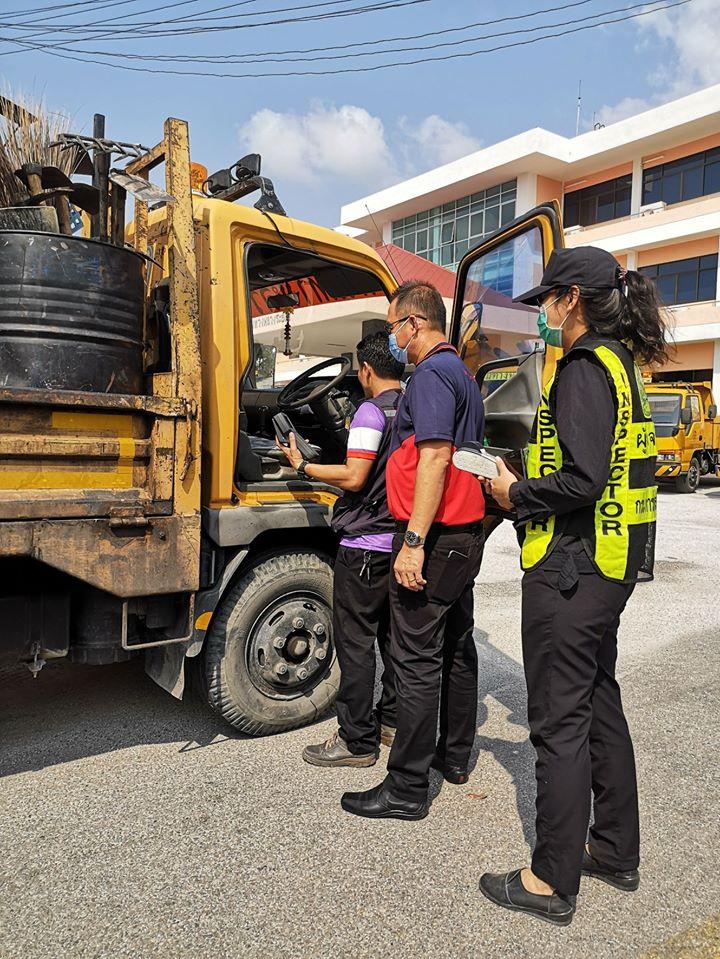 วันพฤหัสบดีที่ 6 กุมภาพันธ์ 2563 เวลา 09.00 น. แขวงทางหลวงระยอง ร่วมกับ ขนส่งจังหวัดระยอง ตรวจสภาพยานพาหนะของแขวงฯ ทั้งหมด ตามมาตรการป้องกันและแก้ไขปัญหาฝุ่นละอองขนาดเล็ก PM2.5 การควบคุมและลดมลพิษจากยานพาหนะ โดยดำเนินการตรวจสภาพรถยนต์ ตรวจควันดำ ณ บริเวณสำนักงานแขวงทางหลวงระยอง #แขวงทางหลวงระยอง #กรมทางหลวง #สายด่วนกรมทางหลวง1586